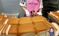 【网红面包:紫米奶酪面包】面包表层的锁水性强,口感绵润松软,欢迎对接